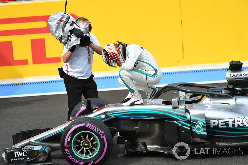 Ganador de la pole Lewis Hamilton, Mercedes-AMG F1 W09 celebra en parc ferme