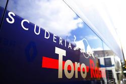 Logo op de Toro Rosso team truck