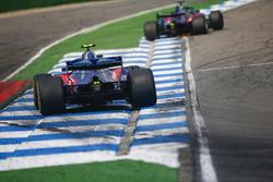 Brendon Hartley, Toro Rosso STR13, delante de Pierre Gasly, Toro Rosso STR13