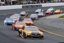 Erik Jones, Joe Gibbs Racing, Toyota Camry DeWalt e Brad Keselowski, Team Penske, Ford Fusion Autotrader