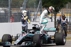 Lewis Hamilton, Mercedes-AMG F1 W09 detenido en la pista