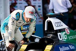 Sébastien Buemi, Renault e.Dams, regarde la monoplace de Lucas di Grassi, Audi Sport ABT Schaeffler
