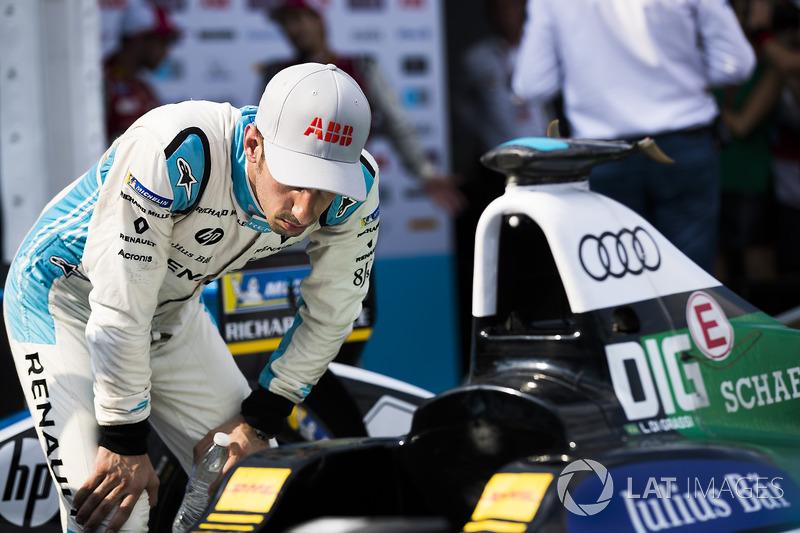 Sébastien Buemi, Renault e.Dams, checks out the car of Lucas di Grassi, Audi Sport ABT Schaeffler