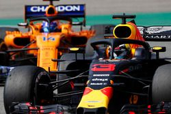 Daniel Ricciardo, Red Bull Racing RB14, leads Fernando Alonso, McLaren MCL33