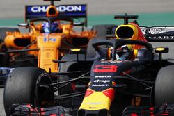 Daniel Ricciardo, Red Bull Racing RB14, voor Fernando Alonso, McLaren MCL33