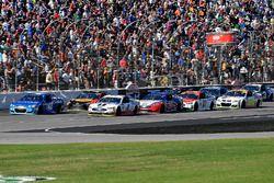 Kyle Larson, Chip Ganassi Racing Chevrolet, Kevin Harvick, Stewart-Haas Racing Ford, e Joey Logano,