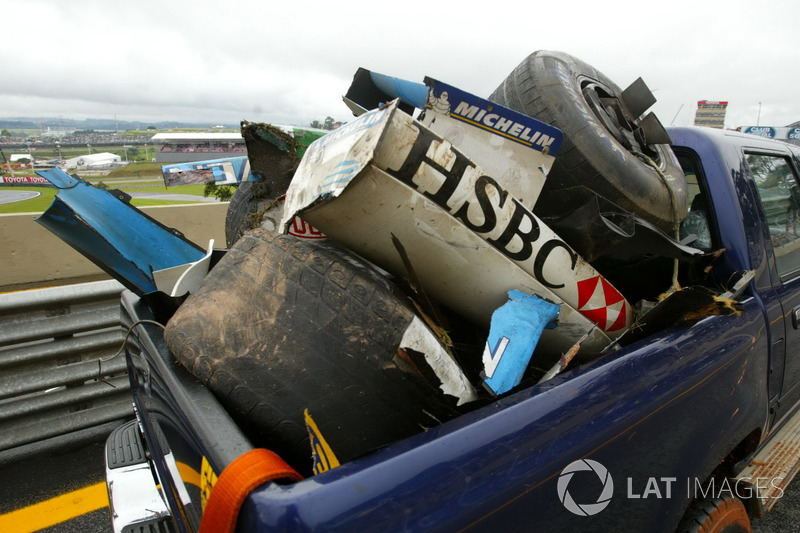 Restos del coche Jaguar Racing de Mark Webber y el Renault F1 Team de Fernando Alonso causado por el accidente