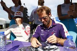 Sam Bird, DS Virgin Racing, imza dağıtıyor