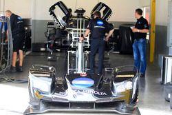 Miembros del equipo trabajan en el coche de #10 Wayne Taylor Racing Cadillac DPi: Jordan Taylor, Ren