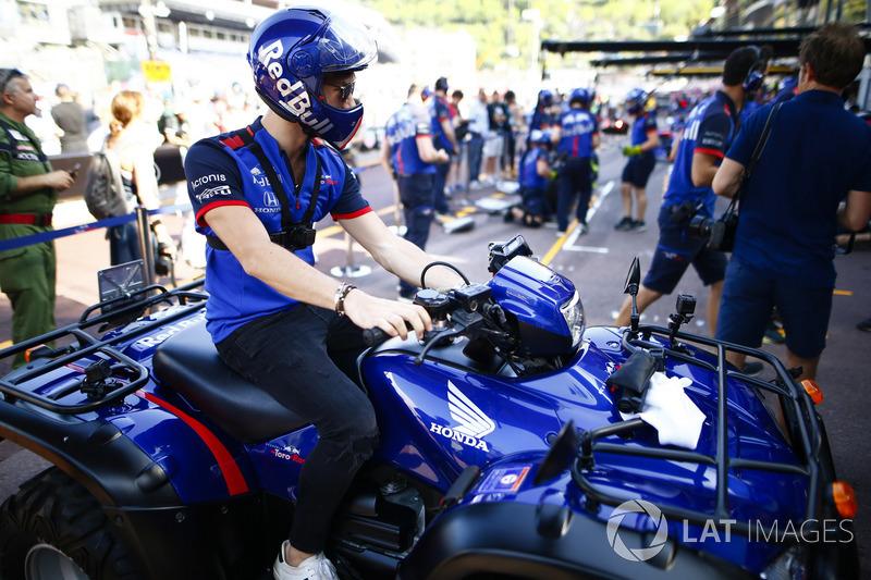 Pierre Gasly, Toro Rosso, sur un quad Honda