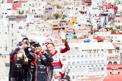 Podium: winnaars Sébastien Ogier, Julien Ingrassia, M-Sport Ford WRT Ford Fiesta WRC, nummer twee Da