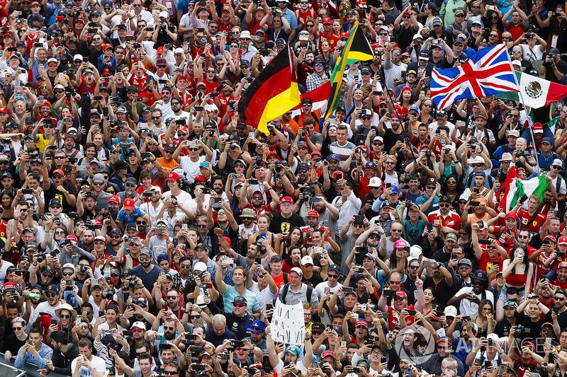 La folla davanti al podio
