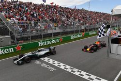 Valtteri Bottas, Mercedes-AMG F1 W09 en Max Verstappen, Red Bull Racing RB14