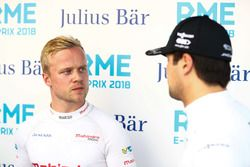 Felix Rosenqvist, Mahindra Racing, parla con Nelson Piquet Jr., Jaguar Racing, nel media pen