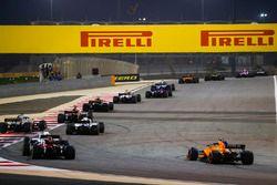 Sergey Sirotkin, Williams FW41 Mercedes, Charles Leclerc, Sauber C37 Ferrari, e Stoffel Vandoorne, McLaren MCL33 Renault, inseguono il gruppo alla partenza