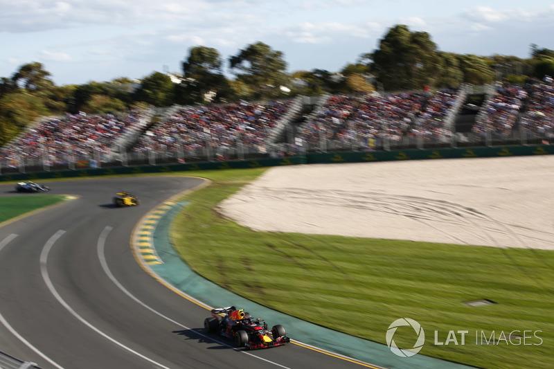 Max Verstappen, Red Bull Racing RB14 Tag Heuer, voor Nico Hulkenberg, Renault Sport F1 Team R.S. 18
