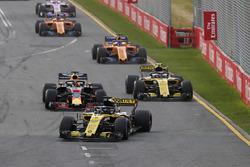 Nico Hulkenberg, Renault Sport F1 Team R.S. 18., devant Daniel Ricciardo, Red Bull Racing RB14 Tag Heuer, et Carlos Sainz Jr., Renault Sport F1 Team R.S. 18
