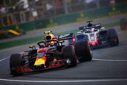 Max Verstappen, Red Bull Racing RB14 Tag Heuer, gira frente de Romain Grosjean, Haas F1 Team VF-18