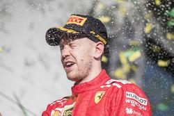 Le vainqueur Sebastian Vettel, Ferrari, fête sa victoire sur le podium avec du champagne