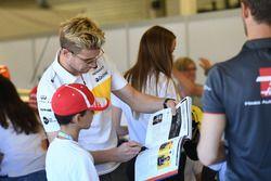 Nico Hulkenberg, Renault Sport F1 Team with grid kid