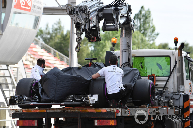 The car of Antonio Giovinazzi, Sauber C37 is recovered to the pits