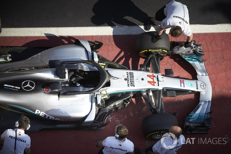 Engineers with the car of Lewis Hamilton, Mercedes AMG F1 W09