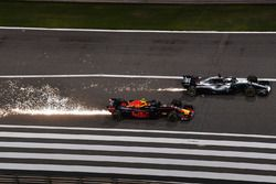 Lewis Hamilton, Mercedes-AMG F1 W09 EQ Power+ and Max Verstappen, Red Bull Racing RB14 en bataille