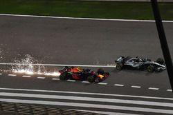 Max Verstappen, Red Bull Racing RB14 y Lewis Hamilton, Mercedes-AMG F1 W09 EQ Power+ batalla