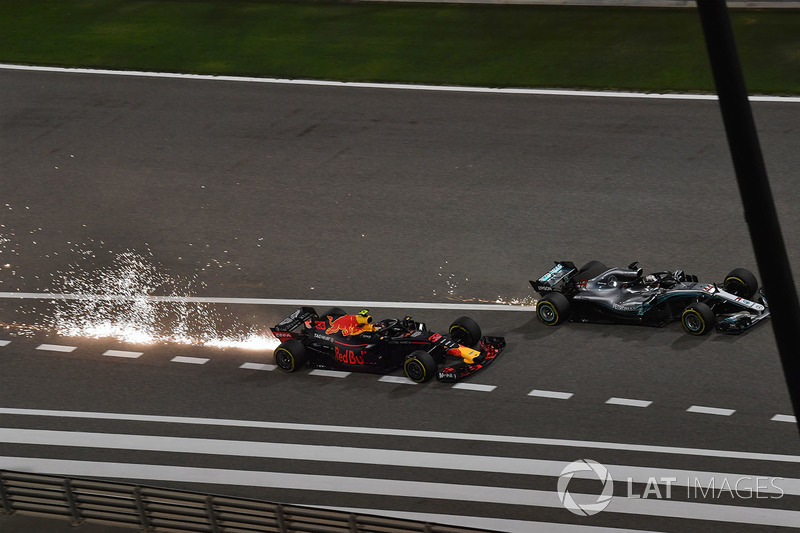 Max Verstappen, Red Bull Racing RB14 y Lewis Hamilton, Mercedes-AMG F1 W09 EQ Power batalla