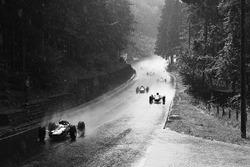 Джим Кларк, Lotus 33, лидирует под дождем