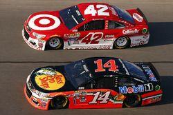 Brian Vickers, Stewart-Haas Racing Chevrolet, et Kyle Larson, Chip Ganassi Racing Chevrolet