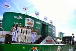 #22 Alex Job Racing Porsche 991 GT3 R : Cooper MacNeil, Leh Keen, David MacNeil, Gunnar Jeannette, Shane van Gisbergen avec les charmantes WeatherTech girls