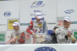 Подиум: душ из шампанского - Ник Кэссиди, Prema Powerteam Dallara F312 – Mercedes-Benz, Бен Барникот