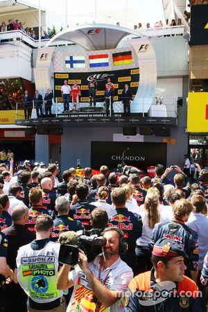 Podium : le vainqueur Max Verstappen, Red Bull Racing, le deuxième, Kimi Raikonnen, Scuderia Ferrari, le troisième, Sebastian Vettel, Scuderia Ferrari