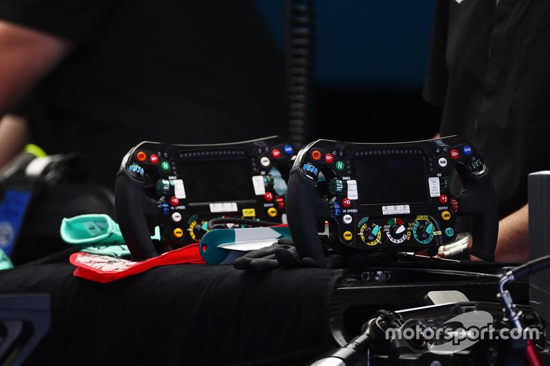 Рули от Mercedes AMG F1 W07 Hybrid Нико Росберга