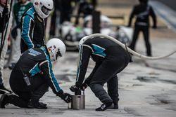 Mechaniker von Pegasus Racing nach einem Boxenstopp