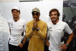Fernando Alonso, McLaren, son équipier Jenson Button, McLaren et le chanteur Pharrell Williams