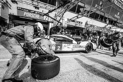 Pit stop voor #2 Porsche Team Porsche 919 Hybrid: Romain Dumas, Neel Jani, Marc Lieb