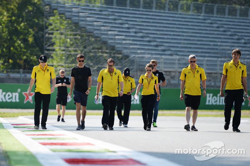 Jolyon Palmer, Renault Sport F1 Team, ispeziona il circuito con il team