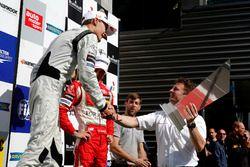 Premiazione: George Russell, HitechGP, Dallara F312 - Mercedes-Benz getting the trophy of Allan McNi
