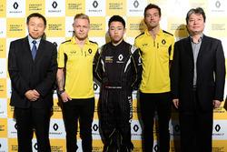 Sun Yue Yang met Jolyon Palmer en Kevin Magnussen, Renault Sport F1 Team