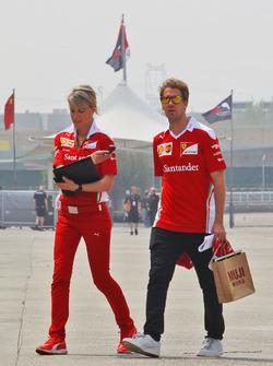 Sebastian Vettel, Ferrari, mit Britta Roeske, Ferrari-Pressesprecherin