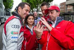 Audi Sport Team Joest: Benoit Tréluyer, race engineer Leena Gade and Andre Lotterer try a selfie