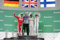 المنصة: الفائز بالسباق لويس هاميلتون، مرسيدس، المركز الثاني سيباستيان فيتيل، فيراري، المركز الثالث ف