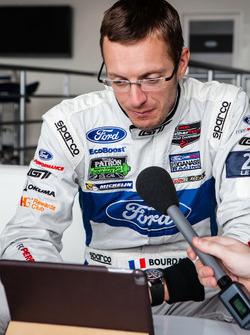 Себастьен Бурдэ, #68 Ford Chip Ganassi Racing Ford GT дает интервью Александру Вурцу для Motorsport.com