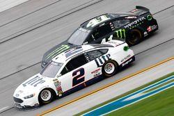 Brad Keselowski, Team Penske Ford, und Kurt Busch, Stewart-Haas Racing Chevrolet