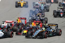 Start crash with Sebastian Vettel, Ferrari SF16-H, Daniil Kvyat, Red Bull Racing RB12, Daniel Ricciardo, Red Bull Racing RB12 and Sergio Perez, Sahara Force India F1 VJM09