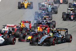 Crash du départ avec Sebastian Vettel, Ferrari SF16-H, Daniil Kvyat, Red Bull Racing RB12, Daniel Ricciardo, Red Bull Racing RB12 et Sergio Perez, Sahara Force India F1 VJM09