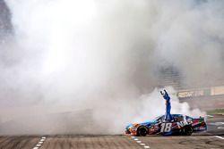 Ganador de la carrera, Kyle Busch, Joe Gibbs Racing Toyota