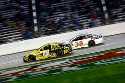 Carl Edwards, Joe Gibbs Racing Toyota en Landon Cassill, Front Row Motorsports Ford